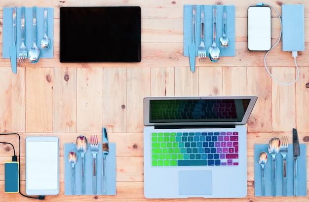Kabellose technologie. vier plätze für updates und innovationen in den sozialen medien gebucht.