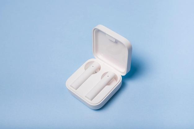 Kabellose weiße kopfhörer auf einem einfarbigen hintergrund weiße kopfhörer