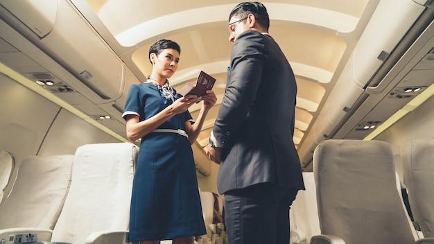 Kabinenpersonal begrüßt passagier im flugzeug