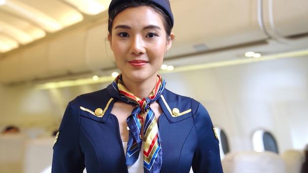 Kabinenpersonal oder stewardess, die im flugzeug arbeiten. konzept für flugverkehr und tourismus.