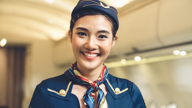 Kabinenpersonal oder stewardess, die im flugzeug arbeiten