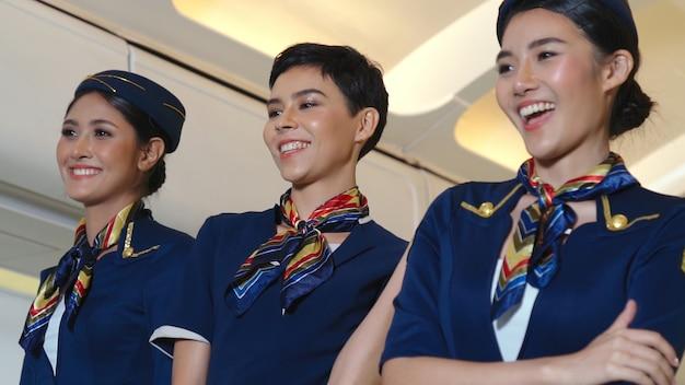 Kabinenpersonal tanzt mit freude im flugzeug. konzept für flugverkehr und tourismus.