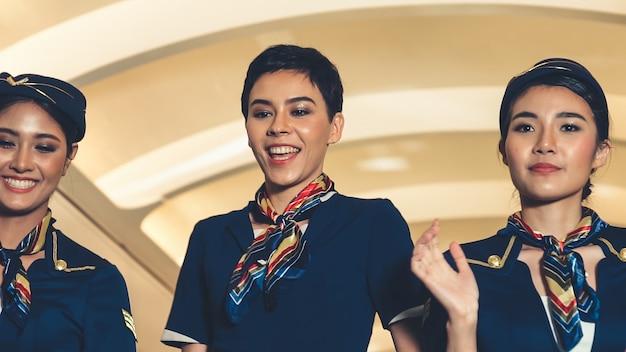 Kabinenpersonal tanzt mit freude im flugzeug