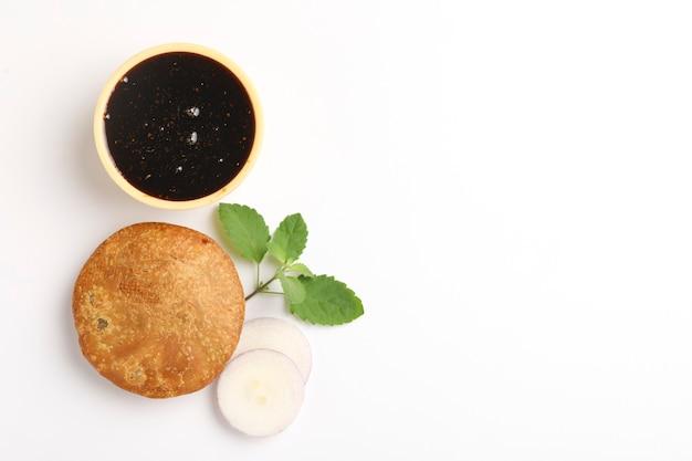 Kachori, grün kalt und khatai. kachori ist ein würziger snack aus indien, der auch als kachauri und kachodi geschrieben wird
