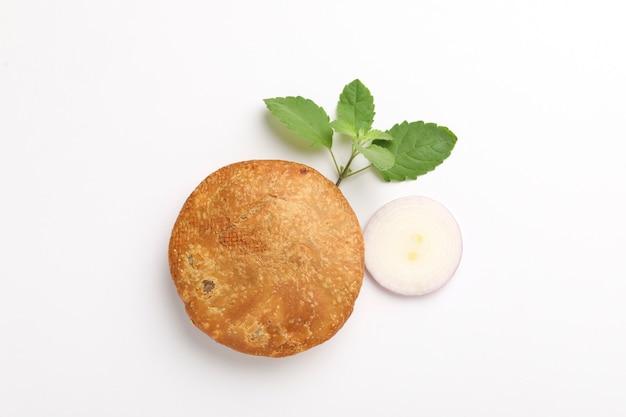 Kachori, grün kalt und zwiebel. kachori ist ein würziger snack aus indien, der auch als kachauri und kachodi geschrieben wird.