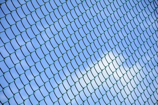 Käfigmetallnetzfront der blaue himmel