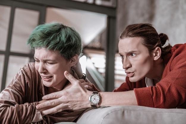 Kämpfe zu hause. gerade verheiratetes junges paar, das zu hause einen schrecklichen gewalttätigen und emotionalen kampf hat