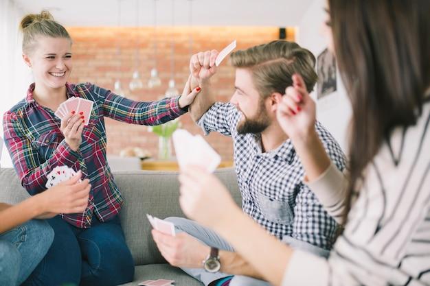Kämpfende freunde, die karten auf party spielen