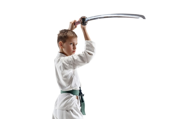 Kämpfer im weißen kimono mit schwert auf weißer wand