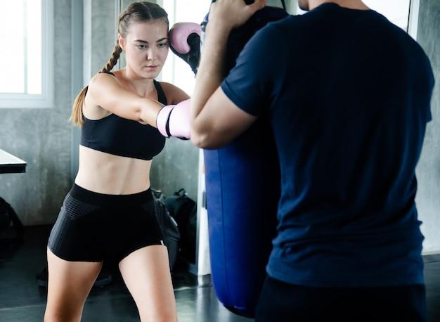 Kämpferfrauenfaustabschluß oben. gerader fokus auf dem handschuh mit dem rest des bildes auf unschärfe.