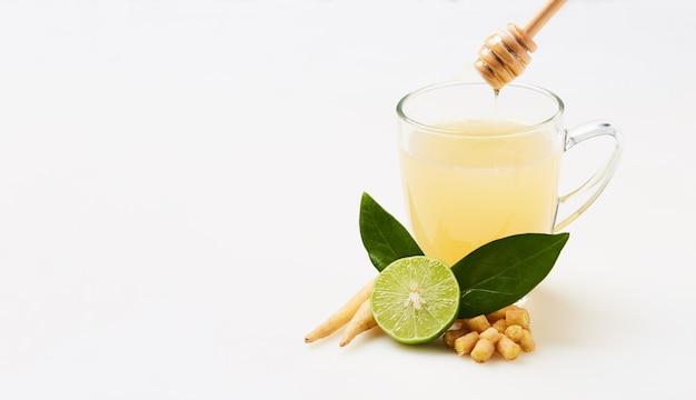 Kaempferia mit honig und zitronensaft für die gesundheit gemischt, kräutergetränk zur vorbeugung von covid-19