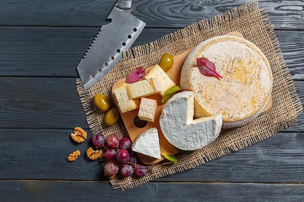 Käse auf dem tisch mischen