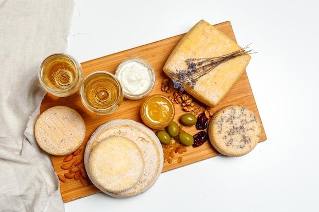 Käse auf dem tisch