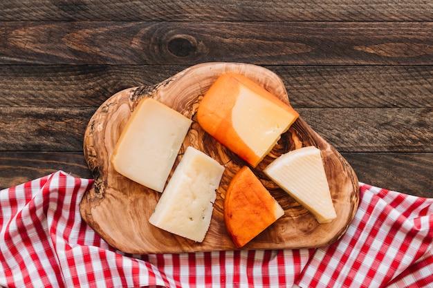 Käse auf holz nahe serviette