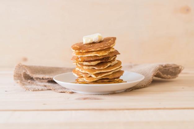 Käse auf pfannkuchen mit honig