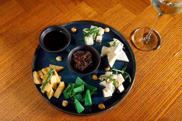 Käse auf schwarzer palette mit souse