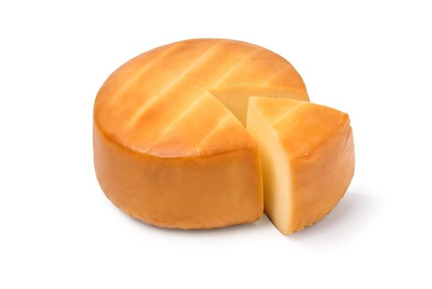 Käse auf weißem hintergrund. datei enthält einen pfad zur isolierung.
