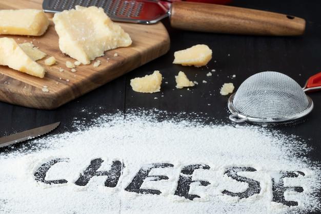 Käse auf weizenmehl geschrieben, selektiver fokus.