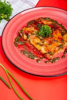 Käse-auflauf mit kräutern gekrönt