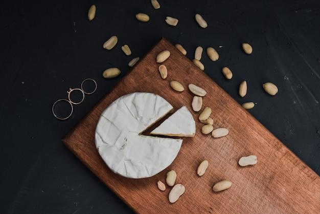 Käse camembert mit schimmel und nüssen und hochzeit