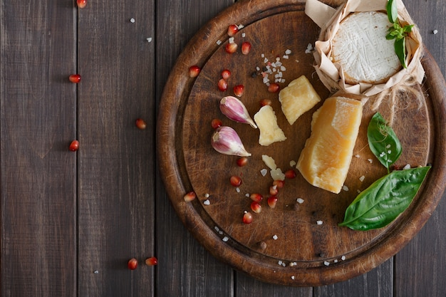 Käse delikatessen nahaufnahme auf rustikalem holz, blauem roquefort und parmesan