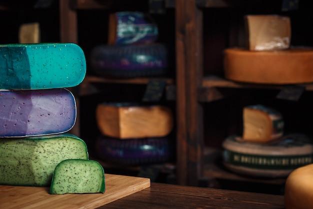 Käse geht mit scheiben auf einem hölzernen brett mit einem innenraum voran