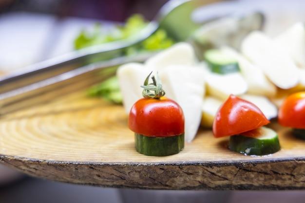 Käse, gurke und tomaten auf teller