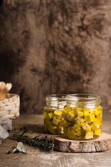 Käse im glas auf hölzernem brett