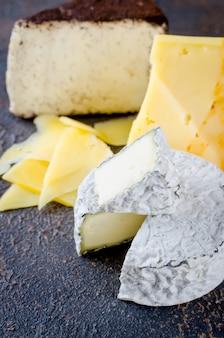 Käse in scheiben geschnitten, käse mit mehltau, hartkäse