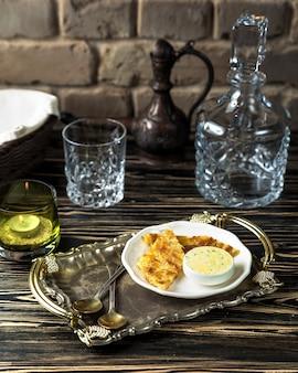 Käse khachapuri mit soße auf dem tisch