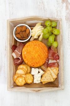 Käse mit fleisch, trauben und nüssen