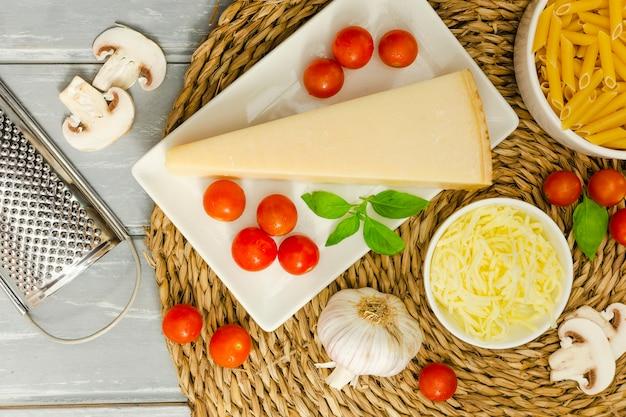 Käse mit knoblauch und tomaten
