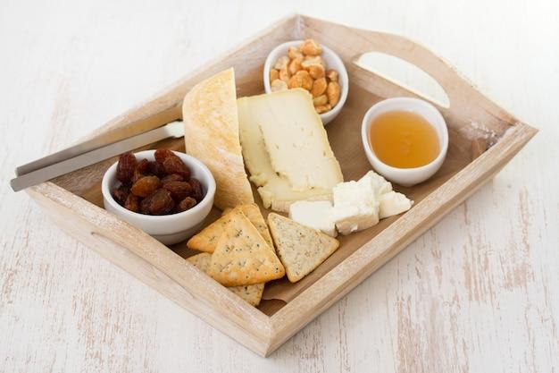 Käse mit nüssen und honig