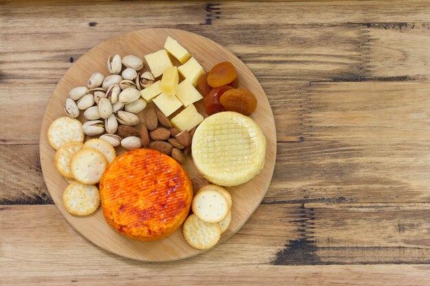 Käse mit nüssen und keksen