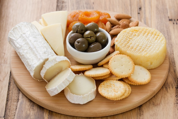 Käse mit oliven, trockenfrüchten und keksen