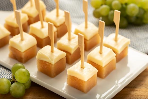 Käse mit quittengelee auf tablett