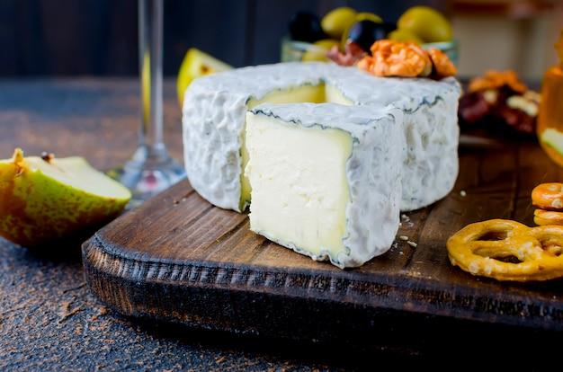 Käse mit schimmel mit beeren, snacks und wein