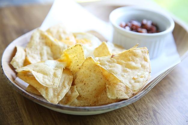 Käse-nachos mit tomatensauce