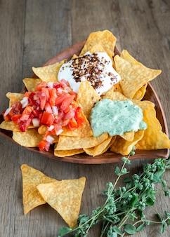 Käse nachos mit verschiedenen saucen