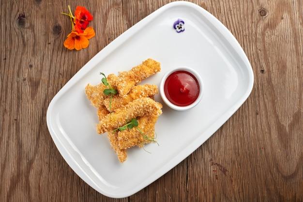 Käse nuggets mit sauce auf einem weißen teller