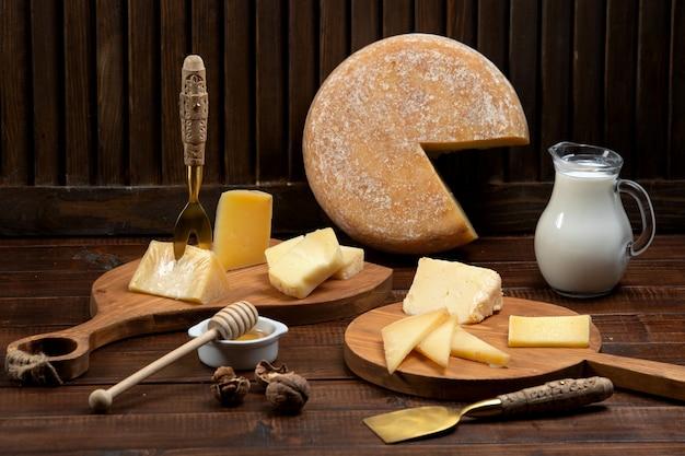 Käse schneidet plätze auf hölzernen schneidebrettern