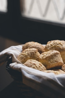 Käse scones in einem korb mit stoffserviette