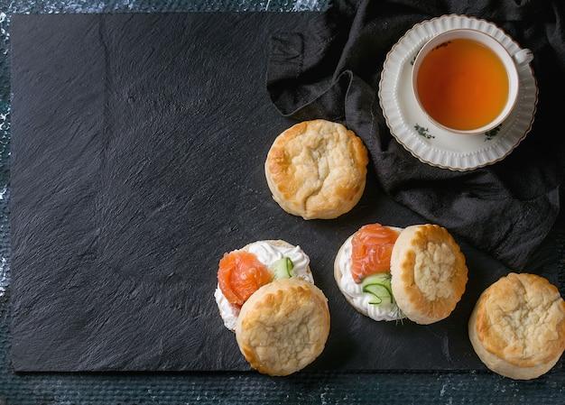 Käse scones mit lachs