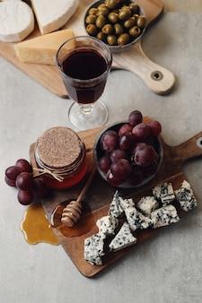 Käse, trauben und honig