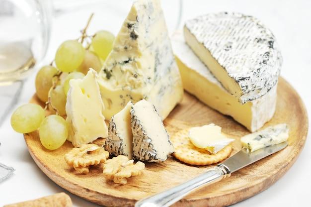 Käse, trauben und wein - stilllebennahaufnahme