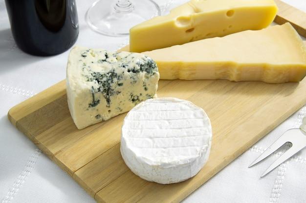Käse über holzbrett