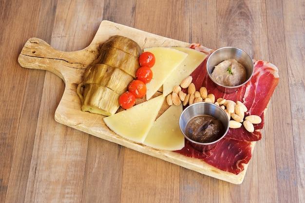 Käse und schinken vorspeisen auf holz hintergrund.