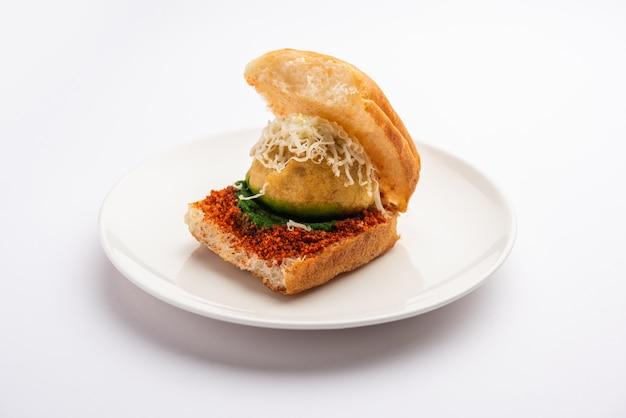 Käse vada pav oder geriebener käse wada pao, beliebte snacks in bombay