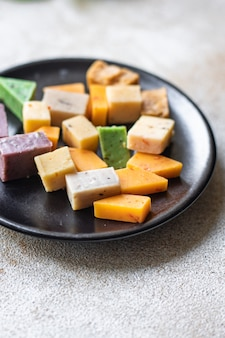Käse verschiedene sortiment variation alter käse käse basilikum lavendel bockshornklee chili gebackene milch kurkuma karotte
