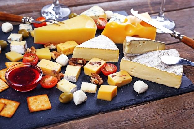 Käse zum verkosten auf holztisch, nahaufnahme